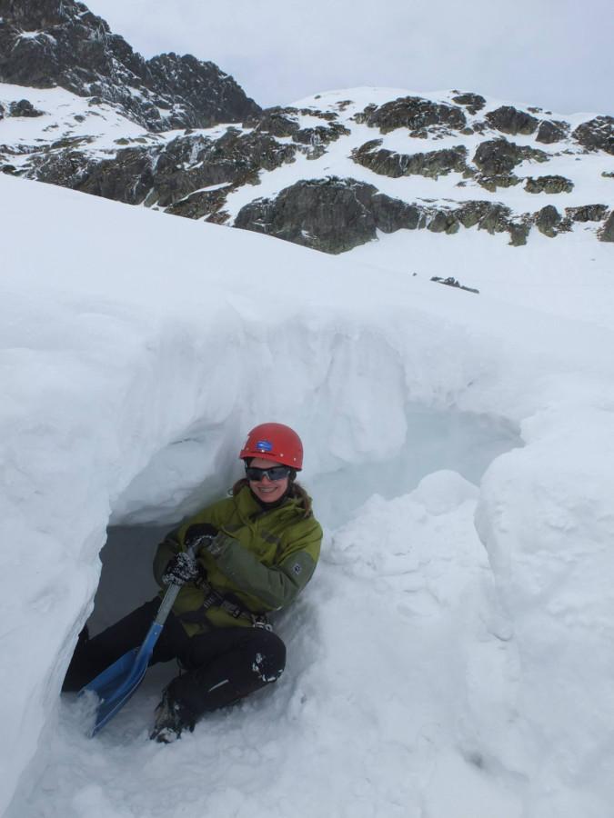 Zimowy kurs turystyki wysokogórskiej - kopanie jamy śnieżnej