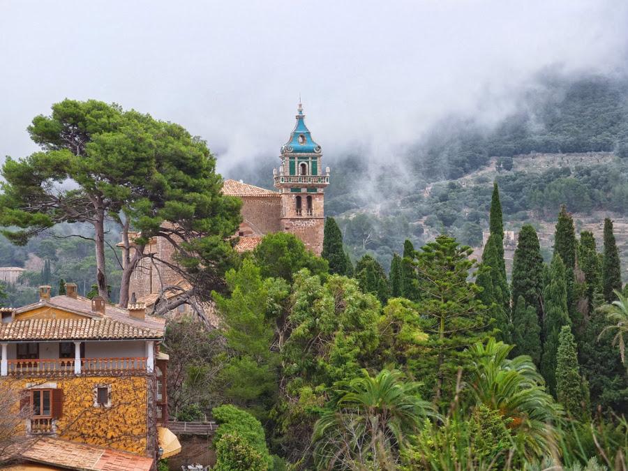 Klasztor Kartuzów w chmurach
