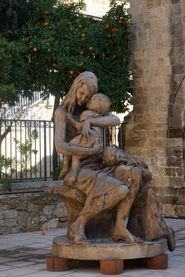 Rzeźba przed muzeum sztuki