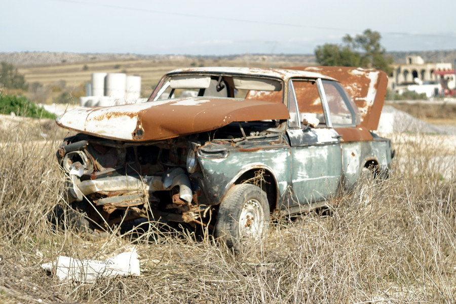 Zepsute auto na polu