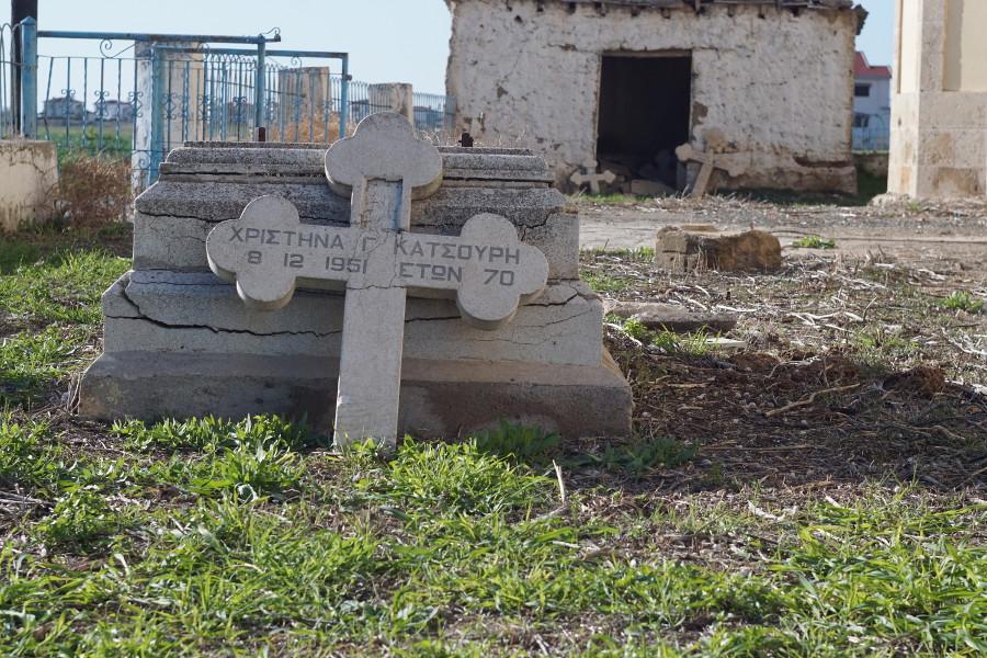Uszkodzone nagrobki na prawosławnym cmentarzu, Cypr