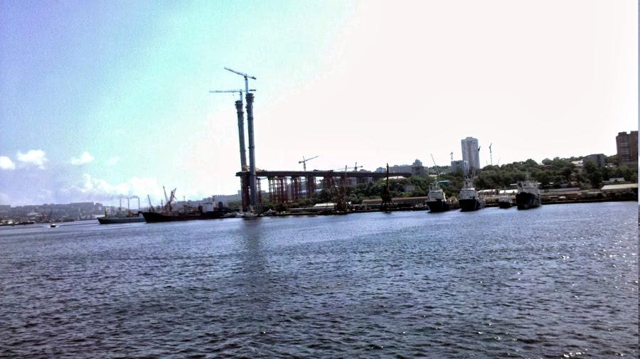 Budowa mostu nad zatoką Złoty Róg we Władywostoku