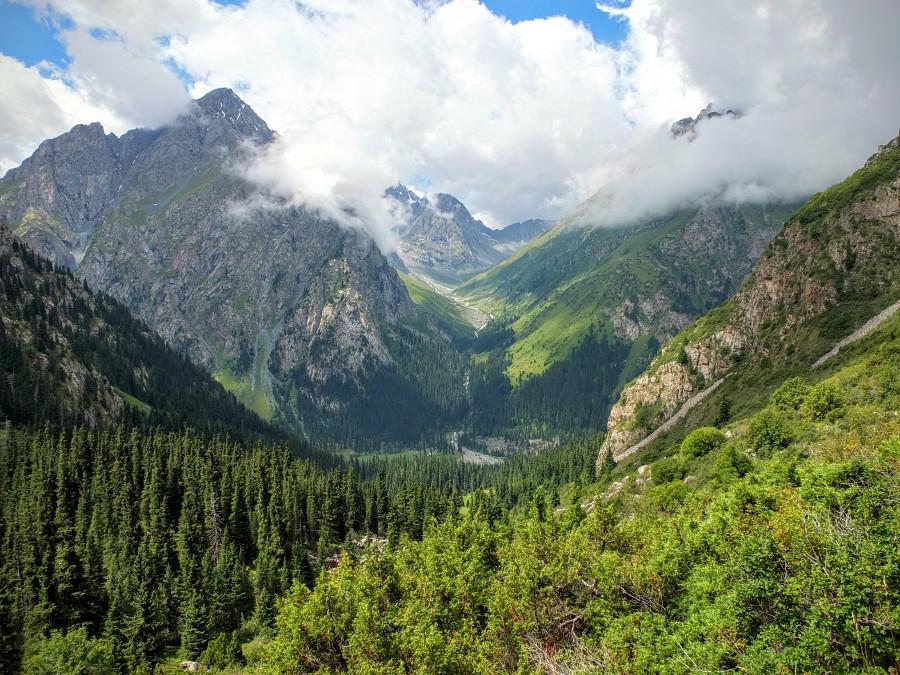 Widok na dolinę od strony wejścia nad jezioro